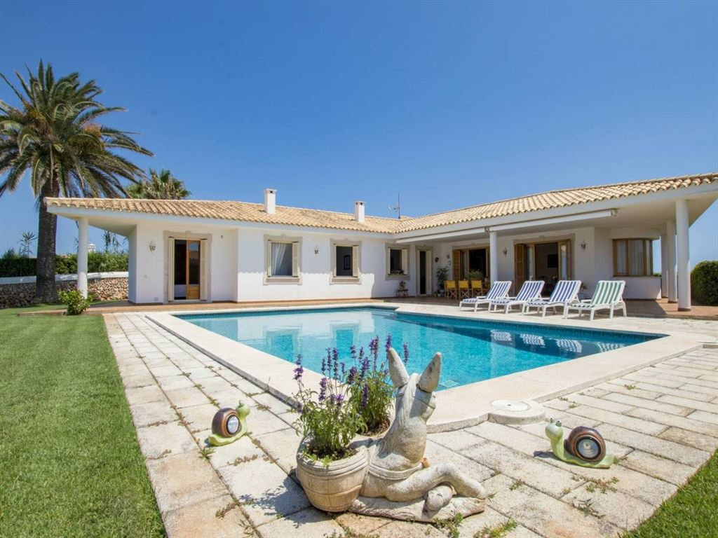 Extraordinary villa on Cala Llonga with an excellent view over the harbor