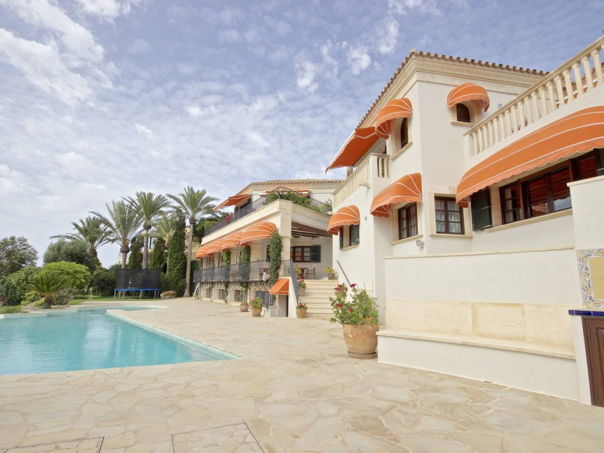 Front line villas in Cala Llonga with a spectacular views of the Port of Mahon