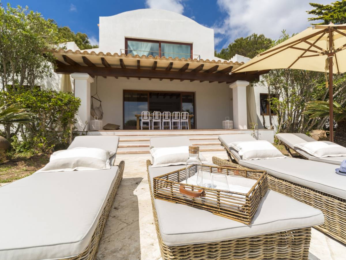 Astonishing property for sale in front of the sea
