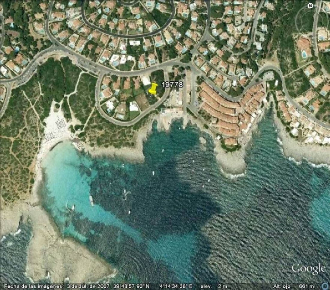 Beautiful plot of 875 m2 in first line directly on the beach of Binibeca