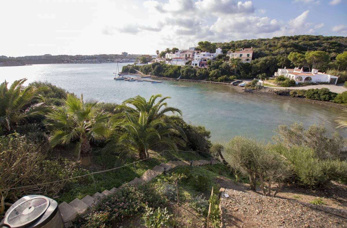 Villa in noble equipment in the port of Mahon on Menorca in Frontline for sale