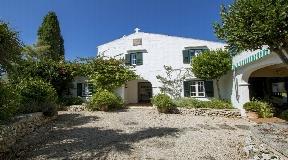 Representative farm with over 83,000 sqm of land quietly located in Menorca