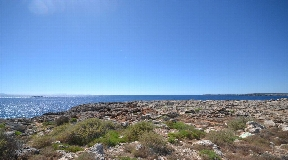 Wonderful large plot directly on the sunny beach in Cala Blanca