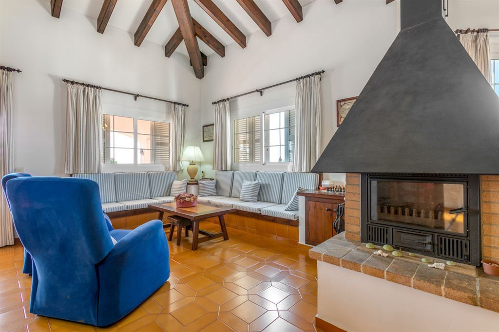 Great villa for sale with pool and garden near Mahón