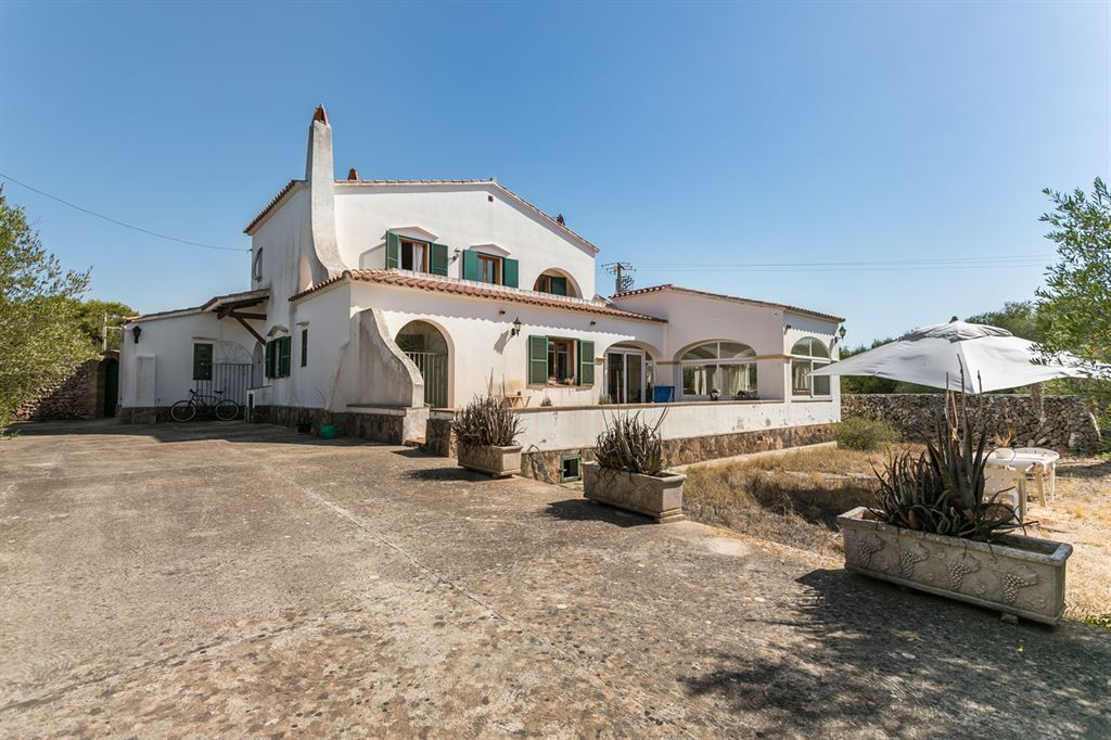 Beautiful country house for sale with pool and large plot in Mahón